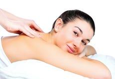 задняя получая женщина массажа стоковая фотография