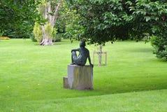 Задняя статуя в парке стоковое фото rf