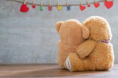 Задняя сторона плюшевого медвежонка 2 с сердцем на мраморной предпосылке Стоковое Изображение RF