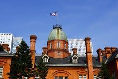 Задняя часть бывшего здания правительства Хоккаидо и знамя Хоккаидо Стоковые Изображения RF