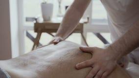 Задняя часть массажа доктора старика сток-видео