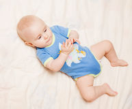 задняя часть младенца ее лежать малый Стоковое Изображение RF