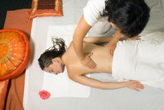 задняя часть получает девушке горизонтальный массаж Стоковые Изображения RF