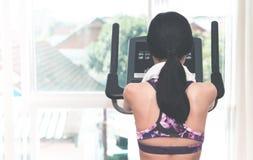 Задняя часть силуэта женщины получает готовой для бега на третбане Стоковые Фото