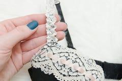 Задняя часть BPart с белым лифом шнурка в женской руке модно Стоковое Фото