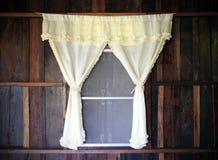 задрапируйте белое окно деревянное стоковое изображение