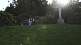 Задумчивая женщина около креста в немецком кладбище акции видеоматериалы