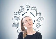 Задумчивая женщина с ponytail, план-график дела Стоковое Изображение