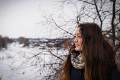 Задумчивая и романтичная девушка на предпосылке зимы стоковая фотография