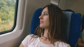 Задумчивая молодая женщина смотря из окна поезда Перемещение, концепция перехода видеоматериал