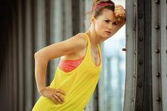 Задумчивая подходящая женщина спорт ослабляя после разминки стоковая фотография rf