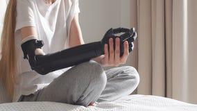 Задумчивая серьезная девушка имея руку кибер сток-видео
