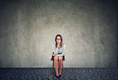 Задумчивая унылая коммерсантка сидя на стуле стоковая фотография rf
