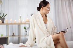 Задумчивая элегантная женщина ждет процедуры по курорта Стоковая Фотография RF