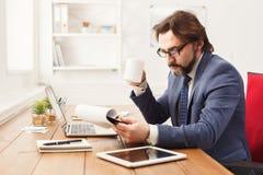 Задумчивое repor чтения бизнесмена в офисе Стоковые Фото