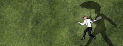 Задумчивый бизнесмен на траве стоковые фотографии rf