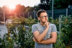 Задумчивый молодой парень в парке на заходе солнца Стоковое Изображение