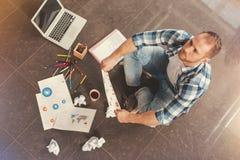 Задумчивый молодой человек работая крепко на проекте дела Стоковая Фотография RF