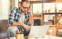 Задумчивый мужской фрилансер смотря компьтер-книжку пока работающ в кафе Стоковые Изображения