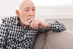 Задумчивый пожилой портрет человека, космос экземпляра Стоковые Изображения RF