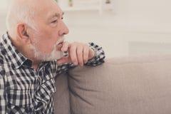 Задумчивый пожилой портрет человека, космос экземпляра Стоковые Изображения