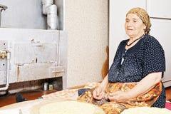 Задумчивый хлеб выпечки женщины стоковое фото rf