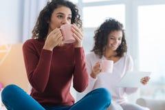Задумчивый чай и мечтать молодой дамы выпивая Стоковая Фотография RF