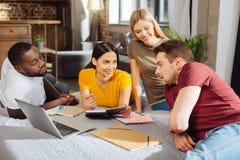 4 задумчивых напористых студента подготавливая для класса Стоковые Изображения RF