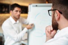 2 задумчивых серьезных бизнесмена имея встречу Стоковые Изображения RF