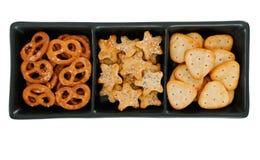 Заедки аперитива смачные, печенья в темной тарелке Стоковая Фотография RF