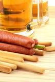 заедк пива курят сосиской, котор Стоковое Изображение RF
