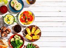 Зажаренная вегетарианская еда на столе для пикника стоковое фото
