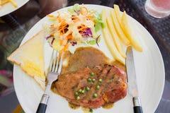 Зажаренная ветчина стейка на белом блюде, стейке dallas Стоковое Изображение