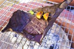 Зажаренная в духовке говядина на Oba выходит, зажаренная говядина Wagyu Японии, на традиционную японскую печь, старая японская ку стоковое фото rf