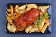 Зажаренная в духовке грудь индюка, который служат с картошкой Стоковые Изображения