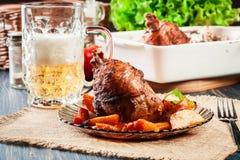 Зажаренная в духовке костяшка индюка с картошками и овощем Стоковые Изображения RF