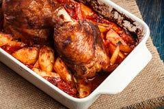 Зажаренная в духовке костяшка индюка с картошками и овощем Стоковое Фото