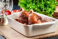 Зажаренная в духовке костяшка индюка с картошками и овощем Стоковые Фото