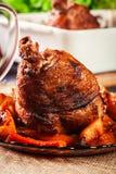 Зажаренная в духовке костяшка индюка с картошками и овощем Стоковая Фотография