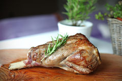 Зажаренная в духовке нога овечки с rosemary на вырезывании b Стоковое Фото