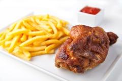 зажаренная в духовке половина цыпленка зажженная обломоками Стоковые Фото