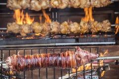 Зажаренная в духовке свинина на BBQ с гореть пламен огня стоковые фото