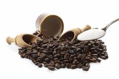 зажаренная в духовке темнота кофе фасолей стоковая фотография rf
