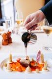 Зажаренная в духовке утиная грудка с сладостным и кислым бальзамическим соусом стоковое фото rf