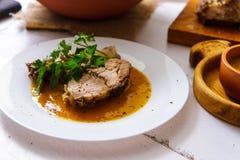 Зажаренная в духовке шея свинины на плите Аппетитное блюдо на деревянном столе стоковое изображение