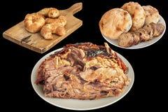 Зажаренная в духовке вертелом ветчина свинины при хлебцы багета печенья слойки круассана сезама и хлеба Pitta изолированные на че Стоковые Изображения