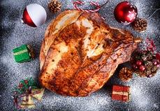 Зажаренная в духовке ветчина рождества на борту с праздничным украшением Взгляд сверху, предпосылка стоковое изображение