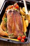 Зажаренная в духовке грудь гусыни с овощами Стоковые Изображения
