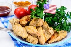 Зажаренная в духовке грудь индюка с сезонными овощами и петрушкой на th Стоковые Изображения