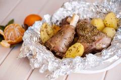 Зажаренная в духовке нога овечки с розмариновым маслом, специями, картошками Стоковое Фото